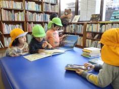 本がいっぱいの図書館はたのしみの一つ「次はどれにしようかな?」